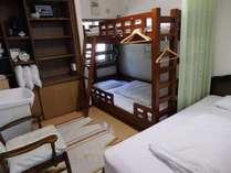 すいせん 女性用ドミトリー シングルベッドと2段ベッドが1台 定員3名部屋には洗面台がついています。