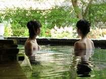 季節の風や四季折々の花々を楽しめる露天風呂。