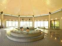 開放的な大浴場は、ジャグジー・寝湯・打たせ湯・大浴槽・サウナ(TV付)・温湯・露天風呂が楽しめる。