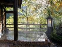 朝日が差し込む秋の露天風呂