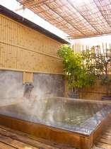 【屋上露天風呂】昼間はお湯がキラキラと輝くよう。良質な温泉でしっとりお肌に