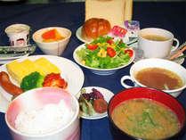 *ご朝食一例 パンやご飯、野菜サラダなど朝から元気いっぱい!!