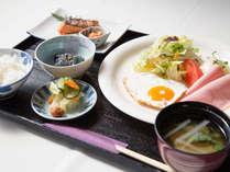 *【朝食一例】野菜サラダ、出し巻き玉子やロールキャベツなど、体にやさしいご朝食をご用意いたします。