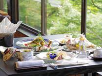 *鮎シーズンの料理の一例。長良川であがる活鮎を使った品々が並びます。