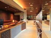 【フロント・ロビー】バリ風のリゾートカジュアルの雰囲気!フレンドリーにお迎えいたします。