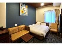 【ワイドダブルルーム】ベッド幅ゆとりの154センチ!2人掛けソファ-も設置しております。