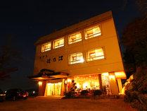 ■【外観】木々に囲まれた高台に位置する住乃江。明るい名物館主がお迎え致します。