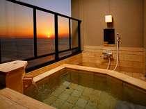 【本館】桧風タイルのお風呂。お部屋によって異なります。