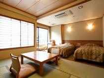 明るい和洋室は3階に全3室こちらは川側のお部屋です。【光雲】