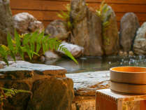 天然石に囲まれた貸切り露天風呂で、ゆったりと日頃の疲れを癒してください。