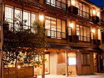 温泉街の中心に位置し、客間と寝室の二間続きの和室と貸切風呂のある純和風宿。
