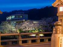 清流荘夜桜        カランコロン♪♪    ~三朝橋より
