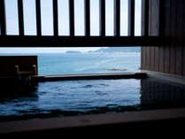 海と空を眺めながら洲本温泉の湯を愉しむ居心地の良い和洋室。のんびりたゆたう、さざなみとともに。