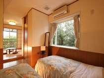里山を一望できる和洋室。テラスからは星空を眺め、鳥達の声で目覚める。洗面トイレ完備。