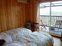 洋室(テラス付きのツインルーム)。お部屋からは緑の視界が広がり、とても気持ちが良いです。