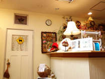 ハンドメイドの品々で飾られた館内。草木染め毛糸や外遊びの必需品子ども用帽子の販売もしています。