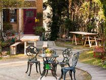 フロントガーデン - 天気の良い日はお外でのんびり島時間をお楽しみ下さい。