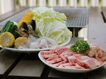 オープンデッキでバーベキュー。美味しいお肉と高原の野菜をタップリ!