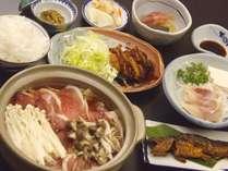 冬季のお料理一例です。猪のお肉を使った鍋は驚くほど臭みが無く、柔らかい食感です♪