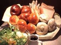 ご朝食は豊富な種類のパンを是非どうぞ