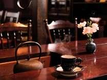 民芸調の落ち着いた談話室。コーヒーも絶品。