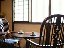 落ち着いた空間のロビー。松本民芸家具に囲まれてモーニングコーヒーはいかが?