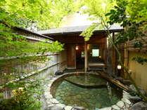 貸切露天風呂「山の辺の湯」青石の露天風呂です。檜の内湯もございます。