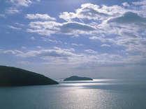全客室からは壮大な奥びわ湖の景色とパワースポットで人気の竹生島を望む。雄大な自然を満喫しよう!