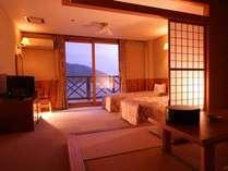 奥びわ湖の絶景と竹生島を望む新館和洋室。ベットが2つに畳4・5畳で広々と寛げます。