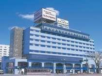 一目でわかる空色の外観。官庁街や秋田駅は車で3分。飲食街「川反」徒歩2分。空港行きバス停留所も目の前