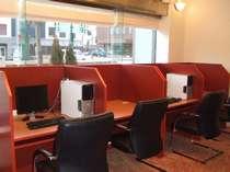 ロビーのビジネスカウンターにはパソコンも設置(フロントにお問い合わせ下さい)