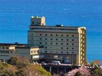 【当宿外観】駿河湾を見下ろす高台の温泉ホテル