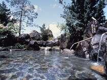 【混浴大露天風呂】ご家族でも楽しめる、掛け流しの天然温泉です。