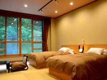 *【新館:和モダン客室】和室12.5畳のお部屋にツインベッドを設置。渓流を眺めて寛ぐ新設客室