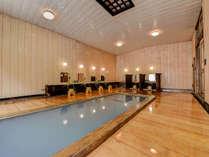 *【大浴場:男湯】肌への感触が優しい木の床と、絹のようにやわらかなお湯をお楽しみください