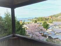貸切露店風呂みはらしでゆったりおくつろぎください。※写真は春の桜の時期です。