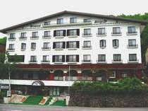 豊かな自然に囲まれた、スペイン瓦の白いホテル