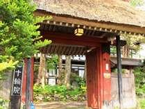 【外観】朱塗りの門は地域で唯一の茅葺です。