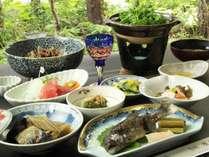 【夕食一例】四季、地場産の山菜・野菜を使った旬の「四季彩料理」をお楽しみいただけます。