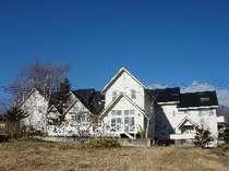 青い空と明るい太陽が白い建物を一段とひきたててくれます