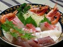 """新鮮!""""お造りの大皿盛""""がメインのお食事♪ほか、旬の魚貝類を使ったおまかせ会席のコース。"""