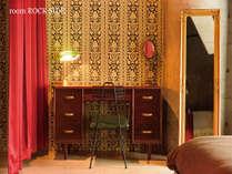 書斎風にアレンジされた化粧台。