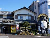 *大きなタヌキがお出迎え♪高知市内より車で約40分。龍河洞に一番近い小さな温泉宿