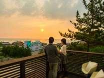 【オーシャンビュー・ホワイトルーム】バルコニーからは広大な日本海と美しい夕陽が望めます