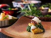 地元の名産品や旬の山の幸を使用した会席料理をご堪能下さい。