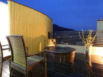 【屋上貸切露天風呂】夜晴れた日には満天の星空観賞を楽しめます。