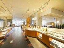 レストラン「グランサンク」ブッフェ台中央にはシェフの実演スペースをご用意