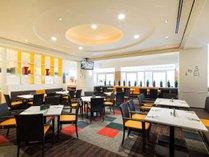 レストラン「グランサンク」店内にキッズスペース有。中の様子はお席からモニターで確認することができます
