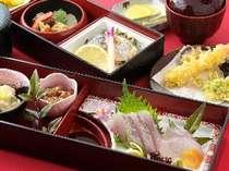 夕食は、新鮮なお刺身やあったかい天ぷらが好評です。