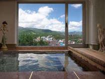 草津町や山々を望む展望貸切温泉。草津源泉の中で最も酸性が強いph1.7で最も熱い95度の万代鉱源泉